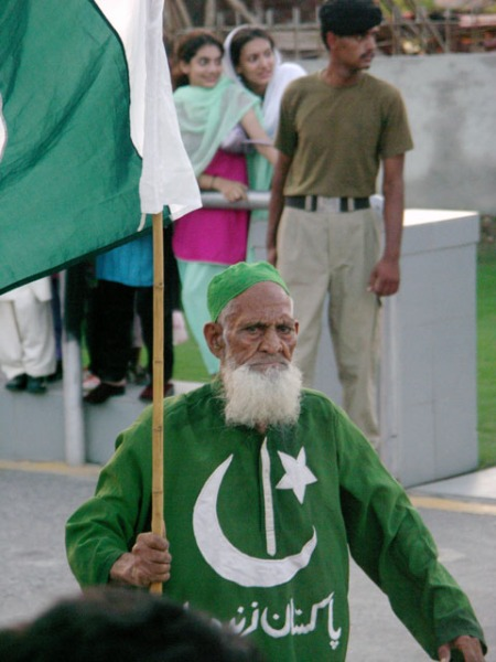 pict0031-pakistani-flag-man-1